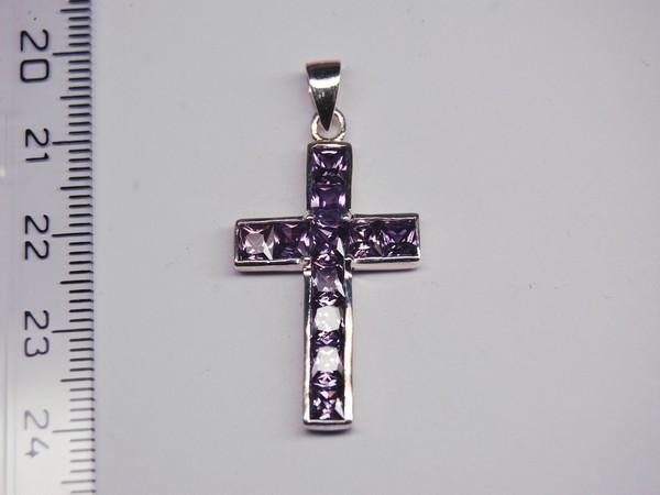Stříbrný přívěsek - fialový kříž Stříbrný přívěsek rhodiovaný